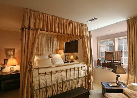 Taylor Swift Buys Beverly Hills Home-bedroom