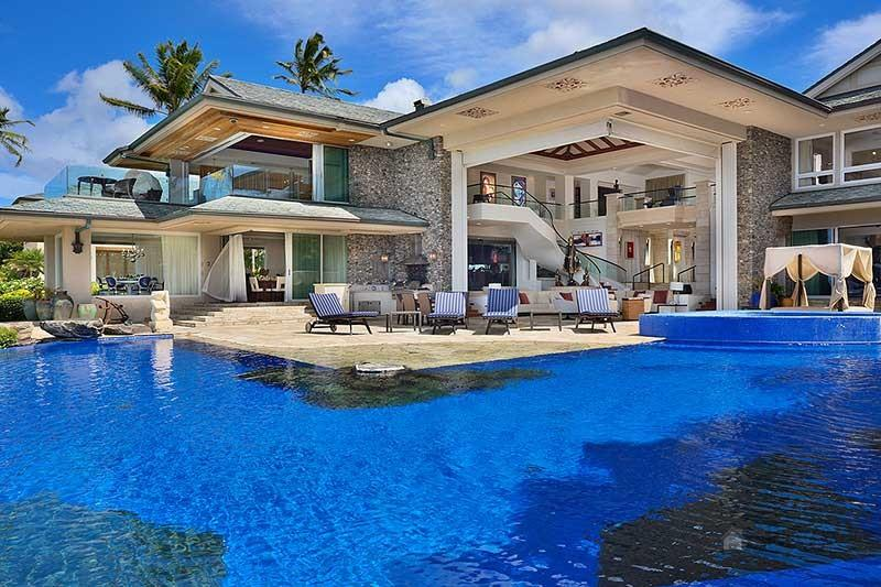 Amazing homes with incredible swimming pool designs for Beautiful house designs with swimming pool